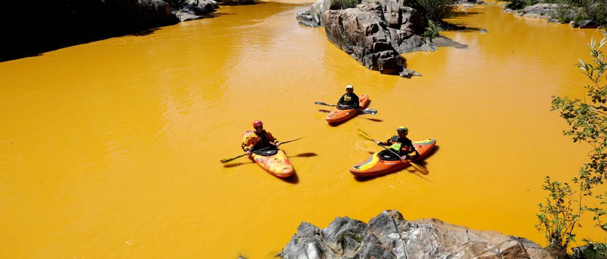 رنگی ترین آب های دنیا؛ وقتی انسان طبیعت را دستکاری می نماید