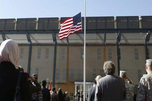 عراقی ها یکی از ورودی های ساختمان سفارت آمریکا را آتش زدند
