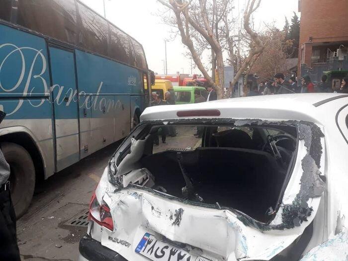 تصاویر برخورد خونین اتوبوس با 7 خودروی پارک شده در ولنجک ، چهار کشته و زخمی