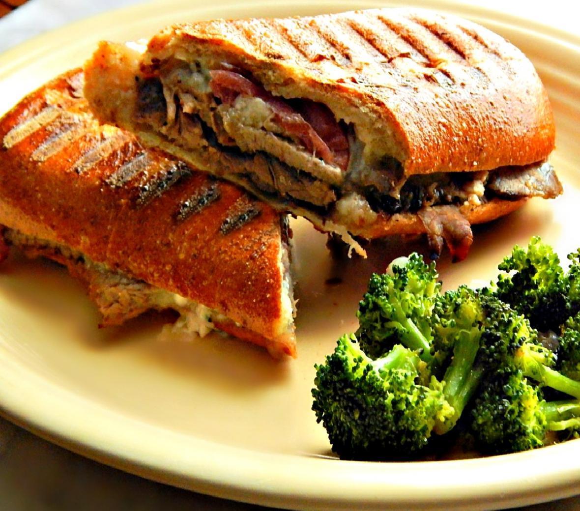 طرز تهیه ساندویچ پنینی مرغ در ماهیتابه بدون فر و دستگاه ساندویچ ساز