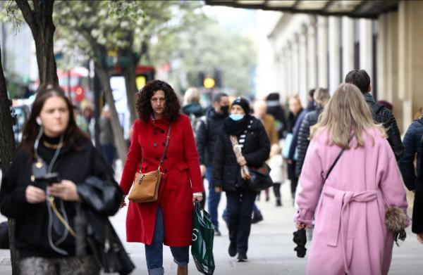 کاهش قرنطینه کرونایی در انگلیس، هجوم مردم به آرایشگاه و فروشگاه ها